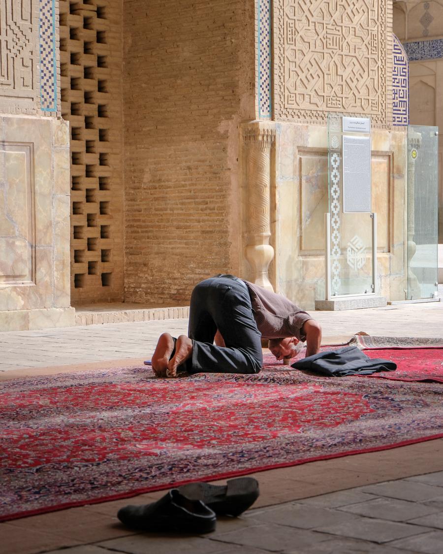 Esfahan MASJED-E JAMEH praying man